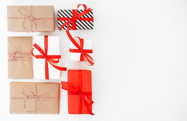 Presentes com decorações vermelhas no branco