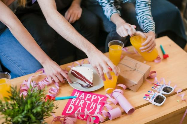 Presentes de alto ângulo na mesa de aniversário