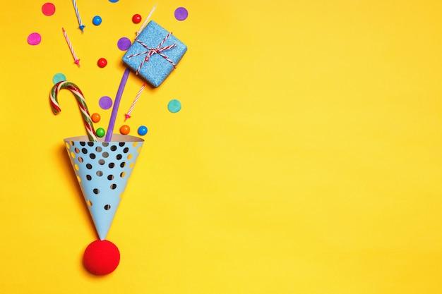 Presentes de aniversário confete velas doces para um bolo