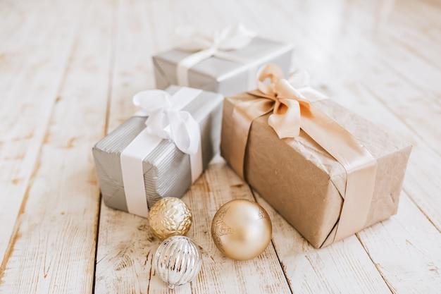 Presentes de ano novo e brinquedos de natal em piso de madeira