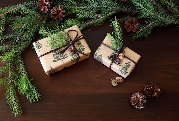 Presentes de cristmas e árvore de natal.