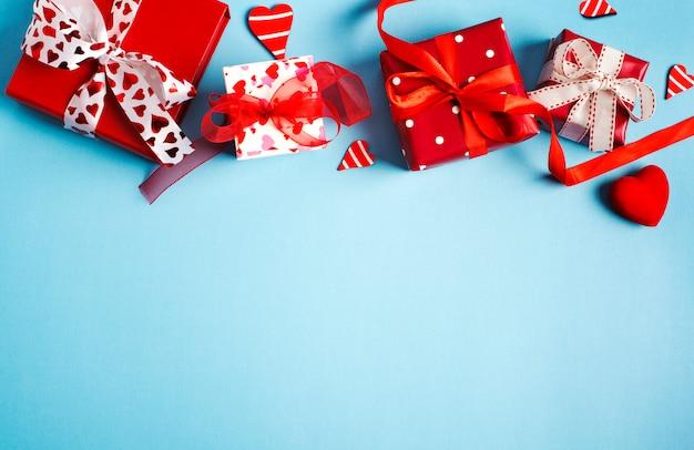 Presentes de feriado. caixas de presente vermelha em fundo azul. conceito dia dos namorados vista superior, espaço de cópia