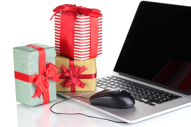 Presentes de laptop e mouse de computador isolados