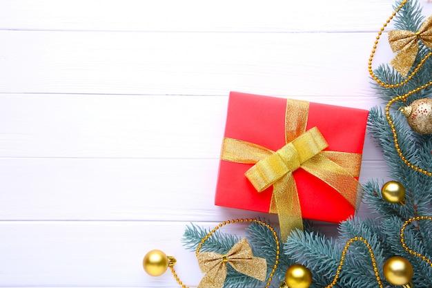 Presentes de natal apresenta com decorações em um fundo branco.