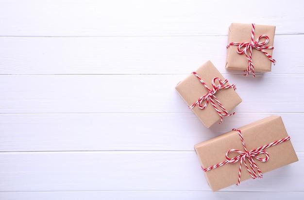 Presentes de natal apresenta sobre um fundo branco.