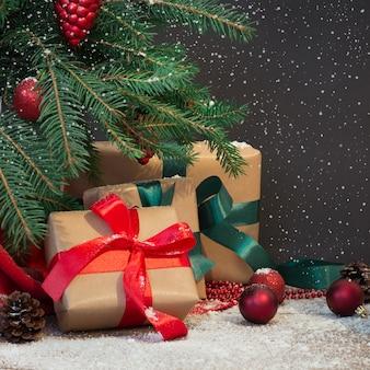 Presentes de natal, boné de papai noel e decoração sob a árvore de natal.
