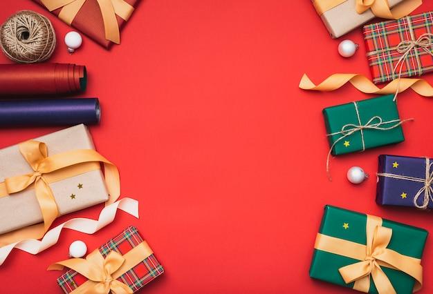 Presentes de natal colorido com papel de embrulho