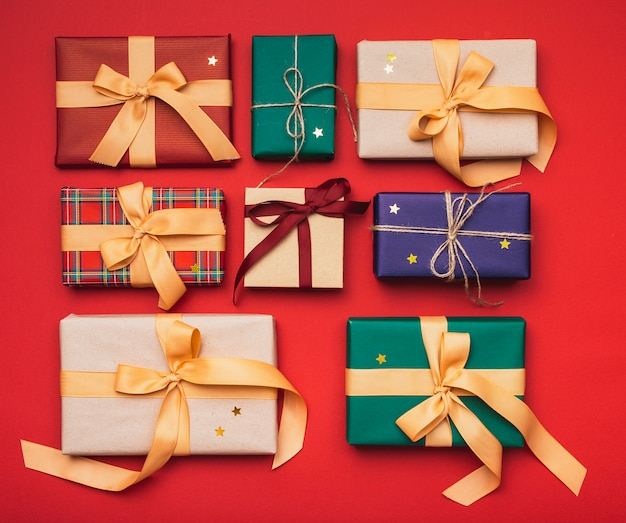 Presentes de natal coloridos arranjados com fita