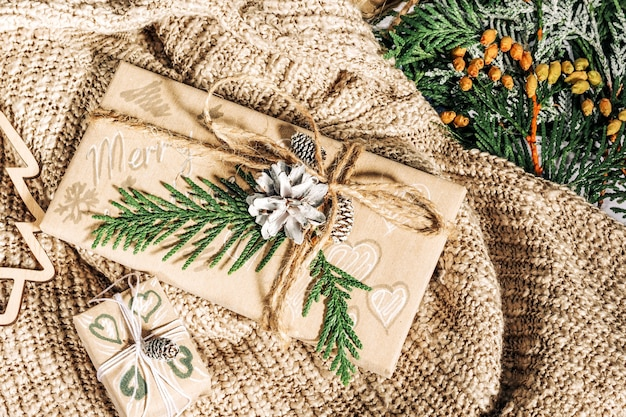 Presentes de natal com caixa de presente decorada com pinhas e galhos em tecido de algodão