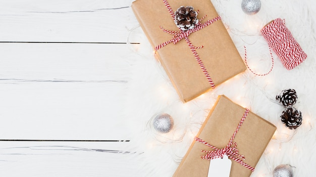 Presentes de natal com corda e pinhas