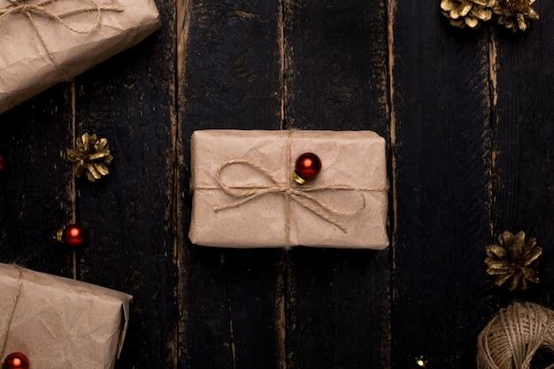 Presentes de natal com decoração de ano novo em uma superfície de madeira