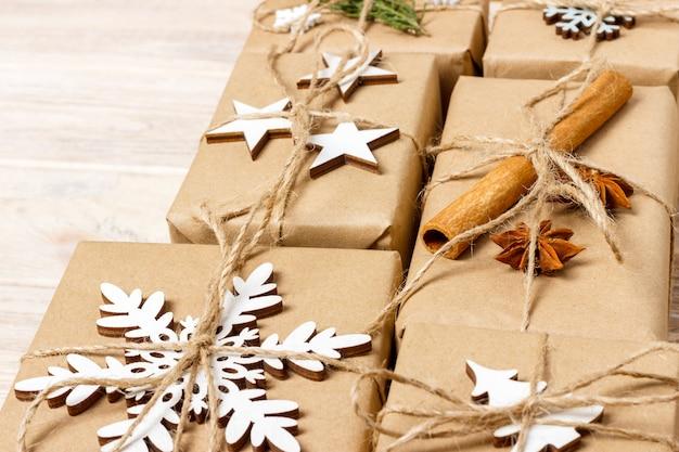 Presentes de natal com decorações feitas à mão.