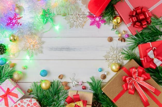 Presentes de natal com enfeites e luz