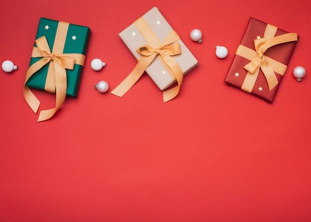 Presentes de natal com estrelas e cópia espaço