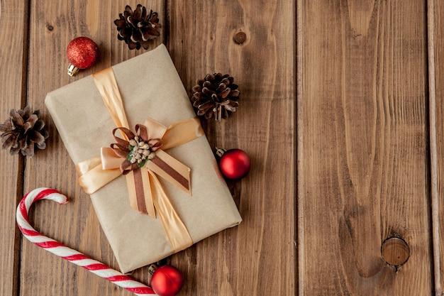 Presentes de natal com fita no escuro de madeira em estilo vintage