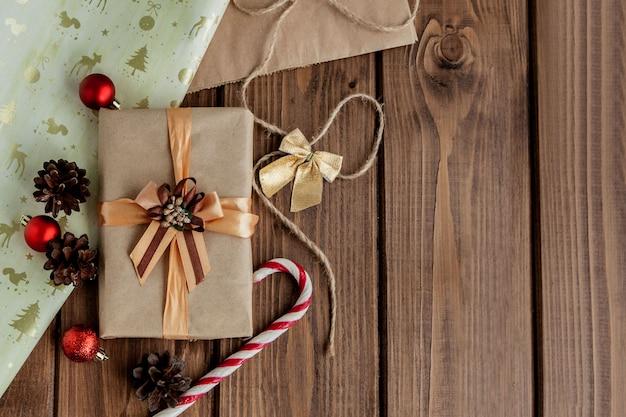 Presentes de natal com fita no fundo escuro de madeira em estilo vintage