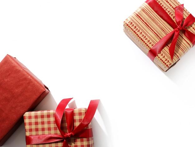 Presentes de natal com fitas vermelhas