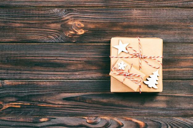 Presentes de natal com flocos de neve, estrela e árvore de natal de madeira. ano novo . toned