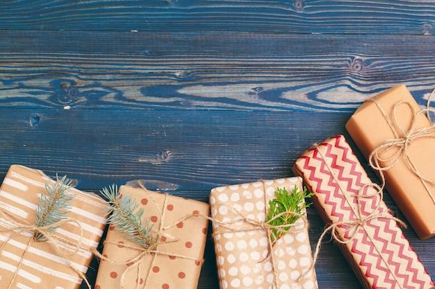 Presentes de natal com galhos de árvore do abeto na madeira