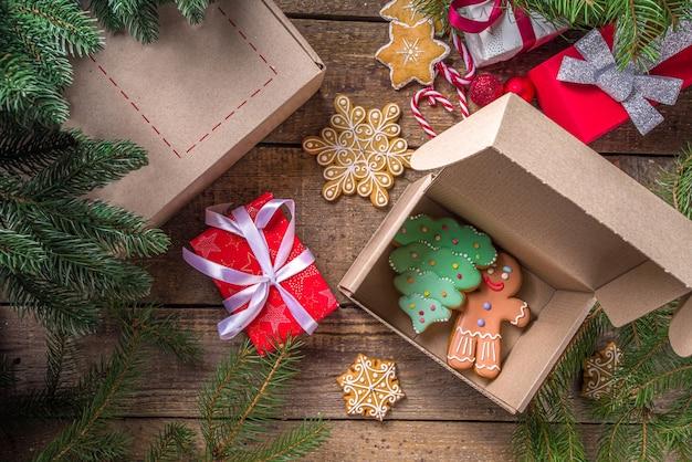 Presentes de natal com galhos de árvores e biscoitos de gengibre