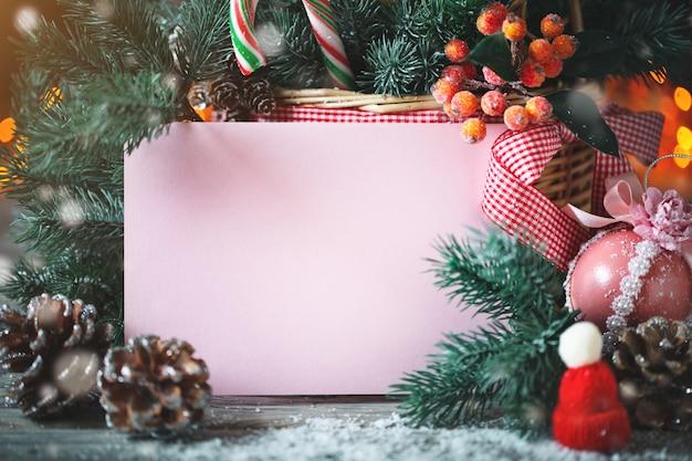 Presentes de natal com galhos de pinheiro