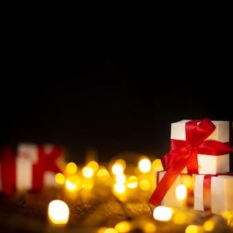 Presentes de natal com luzes de bokeh