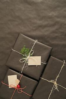 Presentes de natal com papel embrulhado preto