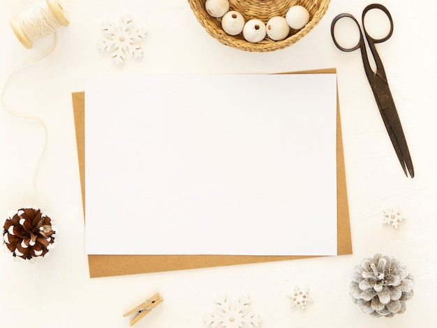 Presentes de natal de ano novo elaborados com ferramentas em fundo branco.