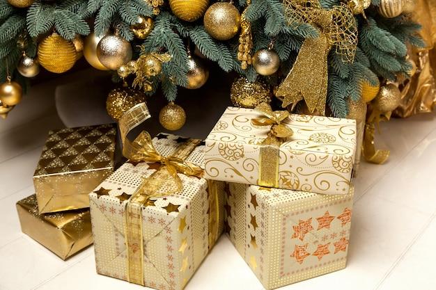 Presentes de natal debaixo da árvore de natal, presentes para a nova surpresa de natal de 2016