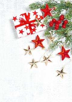 Presentes de natal, decoração e galhos de pinheiro verde em fundo branco