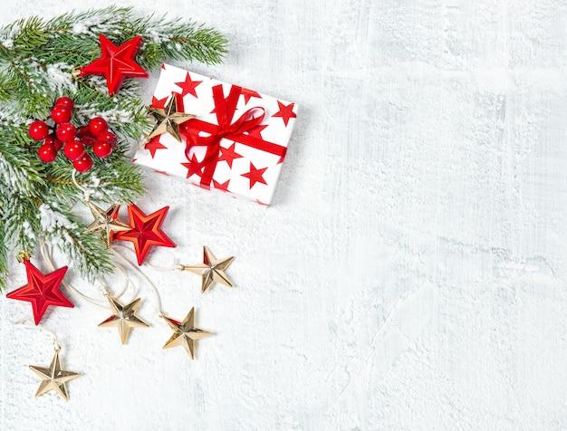 Presentes de natal, decoração e galhos de pinheiros em fundo branco