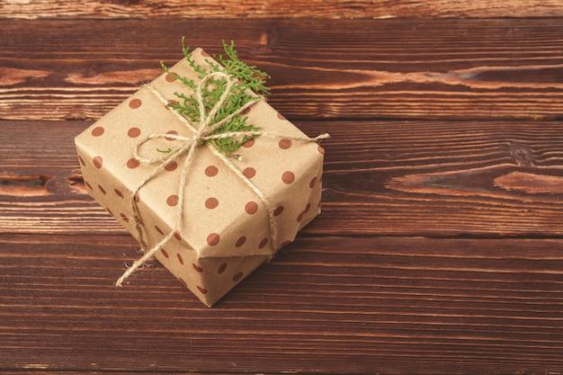 Presentes de natal decorados elegantes sobre madeira marrom