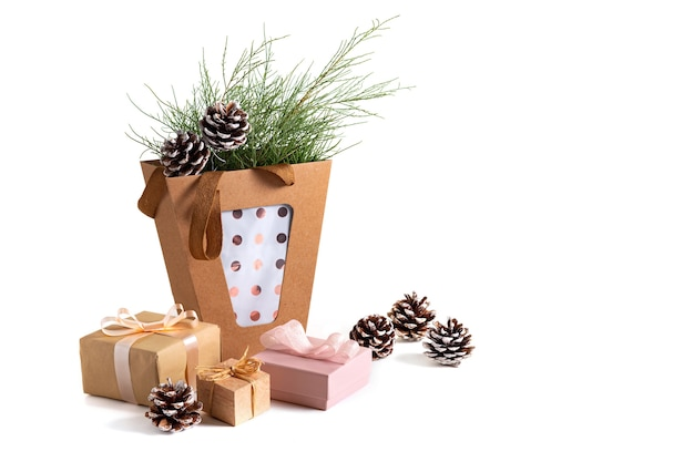 Presentes de natal e ano novo, ramos de abeto e pinhas