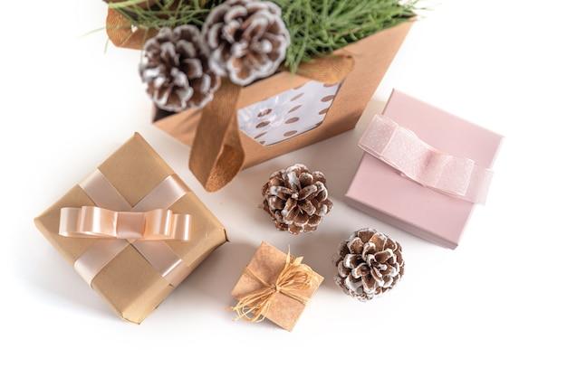 Presentes de natal e ano novo, ramos de pinheiro, pinhas na superfície branca