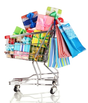 Presentes de natal e compras em carrinho isolado no branco