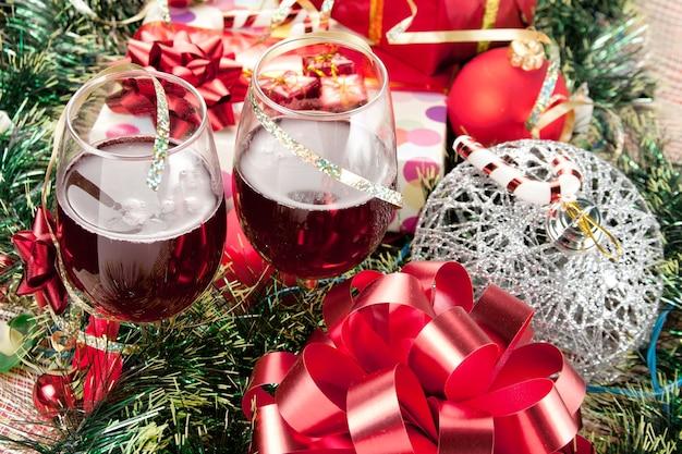 Presentes de natal e taças de vinho