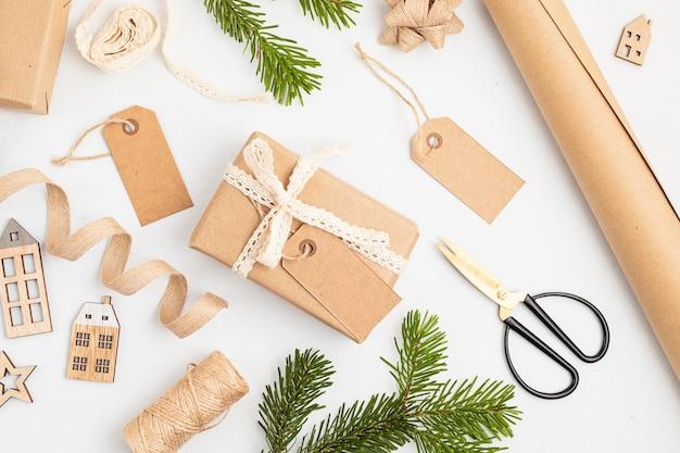 Presentes de natal ecológicos e alternativos verdes embrulhados com papel reciclado