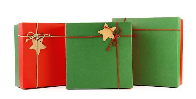 Presentes de natal em caixas coloridas isoladas em branco
