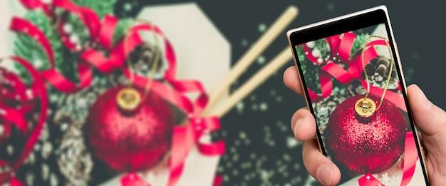 Presentes de natal em caixas de embalagens de papel wok na tela do smartphone.