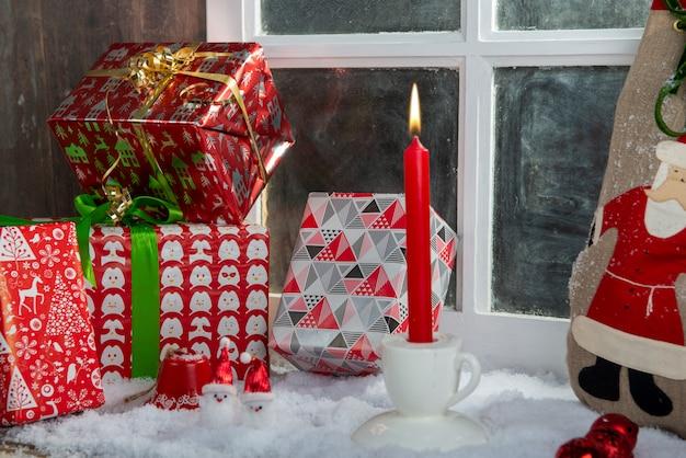 Presentes de natal em cima da mesa perto da janela rústica