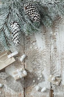 Presentes de natal em fundo de madeira velho