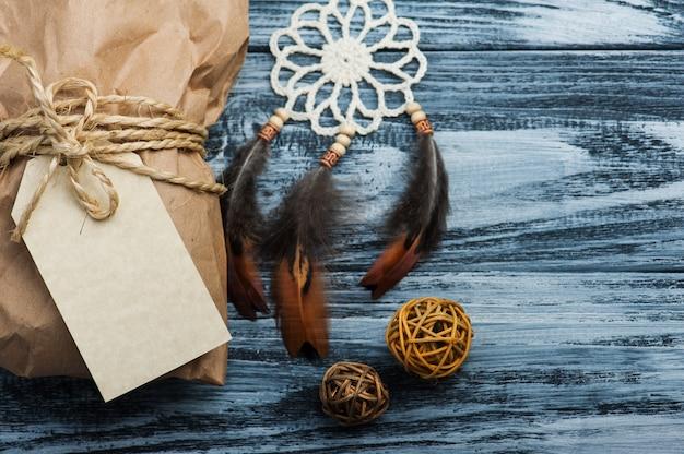 Presentes de natal em fundo de madeira