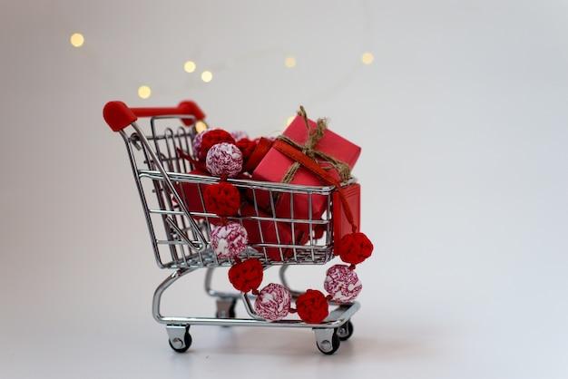 Presentes de natal em um carrinho de supermercado em branco