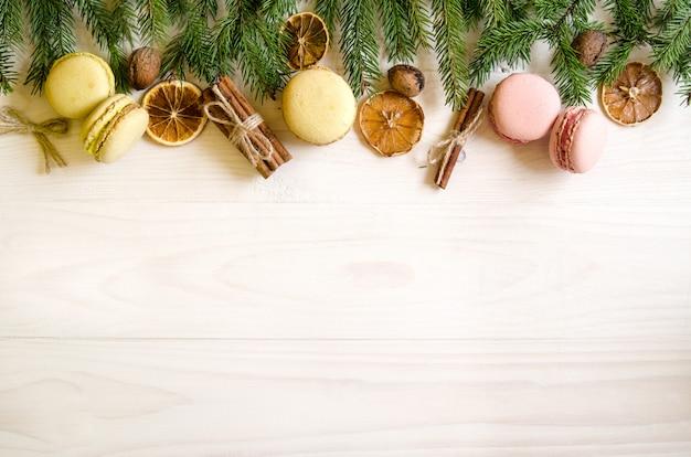 Presentes de natal em um fundo branco de madeira com galhos de árvores. presentes de ano novo