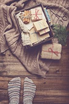 Presentes de natal em uma mesa de madeira