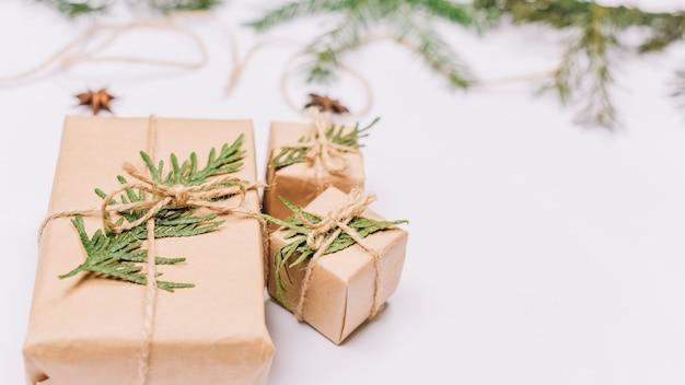 Presentes de natal embrulhado com galhos de pinheiro