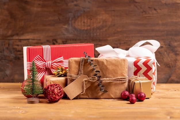 Presentes de natal embrulhado na mesa de madeira