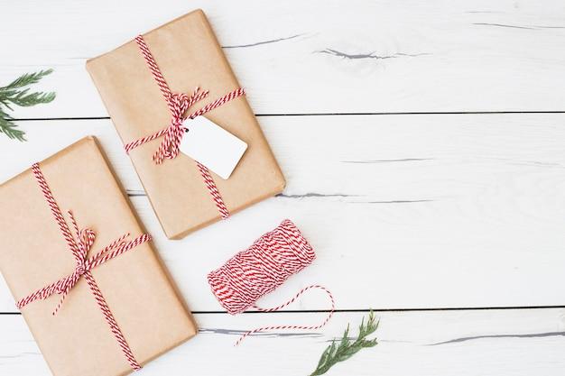 Presentes de natal embrulhados com fita listrada
