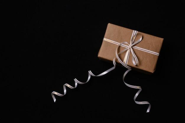 Presentes de natal, embrulhados em papel de embrulho e amarrados com uma fita