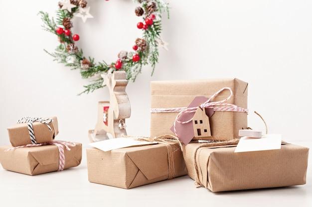Presentes de natal embrulhados em papel ofício